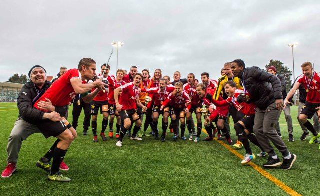 HIFK joukkue valmiina voittotuuletukseen kapteeni Esa Terävän johdolla